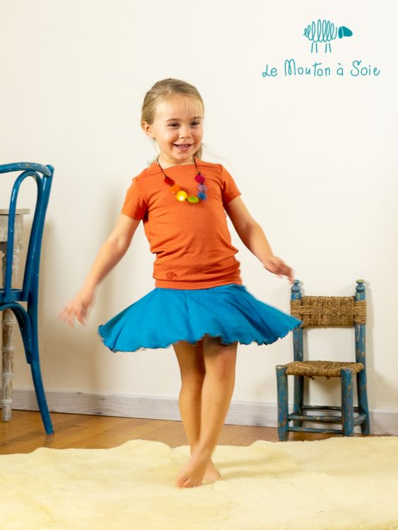 Fillette avec la jupe enfant kitourne